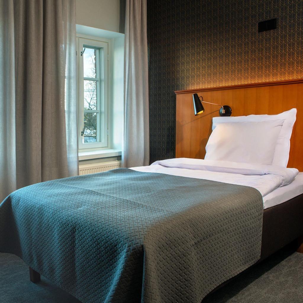Hotelli Lasaretin tyylikäs yhden hengen huone, jossa laadukas Unikulman vuode.