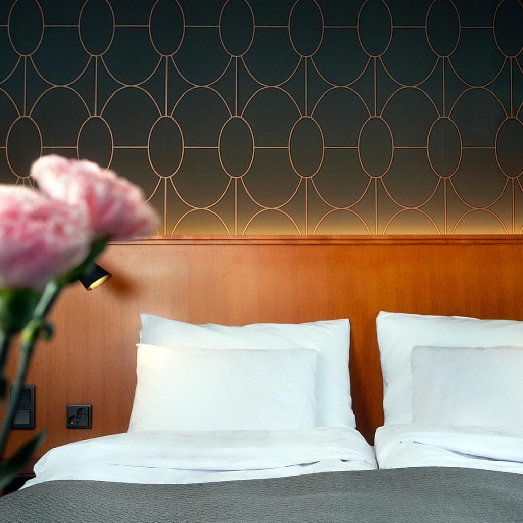 Hotelli Lasaretin superior-huoneesta on aina näkymä Oulujoelle. Parisängyssä on hyvin tilaa pariskunnalle.