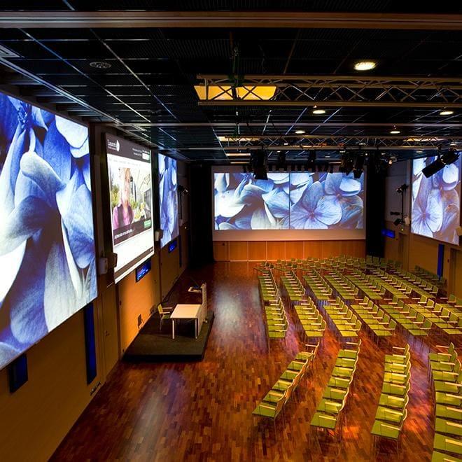 Upea Aurora-sali taipuu monenlaiseen kokoukseen ja tapahtumaan, esimerkiksi 300 hengen luentoon. Suuret screenit valaisevat Aurora-salia ja tuovat siihen väriä.