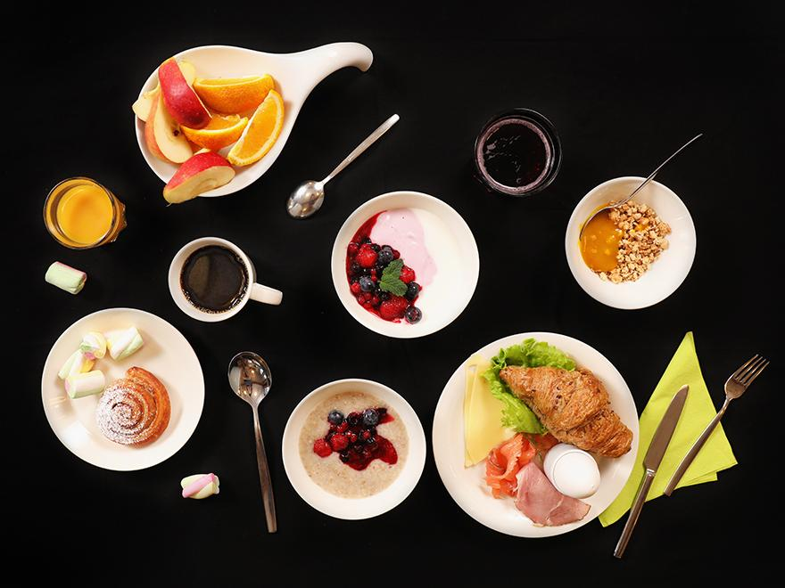 Runsas ja herkullinen Lasaretin aamiainen sisältää paikallisia herkkuja sekä luomutuotteita. Kuvassa puuroa, marjoja, hedelmiä, kahvia sekä croissant lisukkeineen.