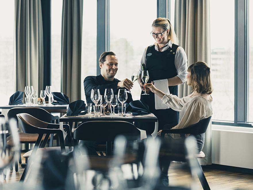Pariskunta nauttimassa illallista Lasaretin ravintolassa.