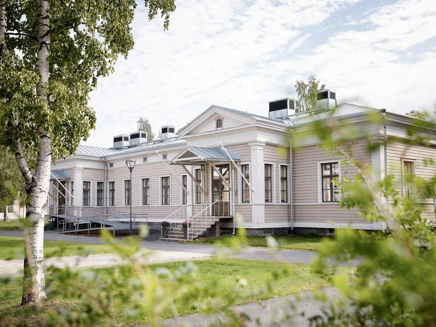 Upea ja arvokas puurakennus, Upseerikerho, toimii lounas- ja tilausravintolana.