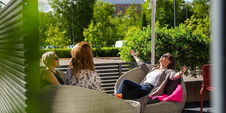 Naiset nauttimassa kesästä Lasaretin terassilla.