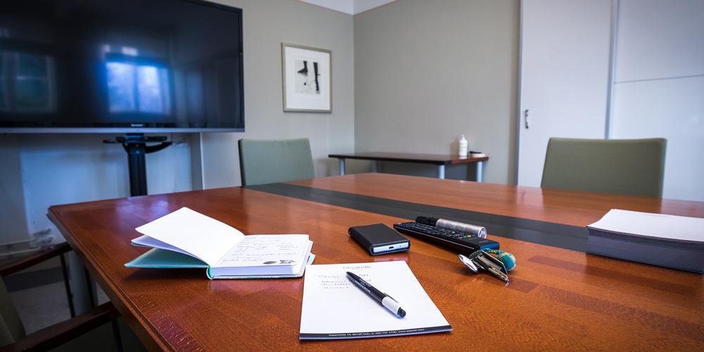Kokoustavaroita Kapula-kabinetin neuvottelupöydällä.