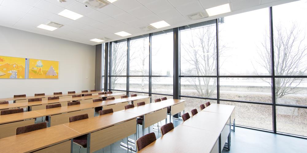Nukuttaja-Näyhän kabinetin suuret ikkunat ja luokkamuotoinen kalustus.