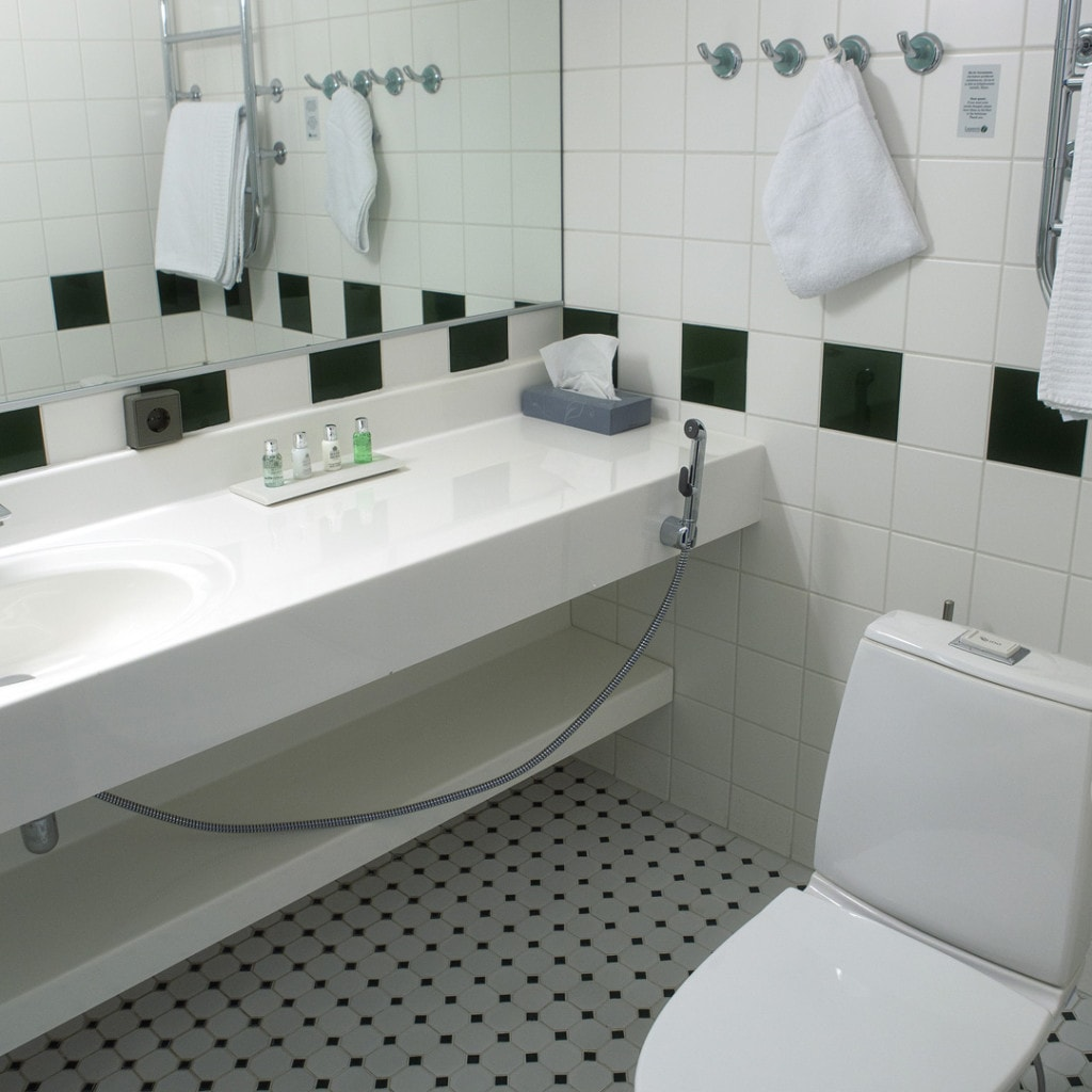 Vaalea kylpyhuone, jossa ovat Molton Brownin laadukkaat oheistuotteet.