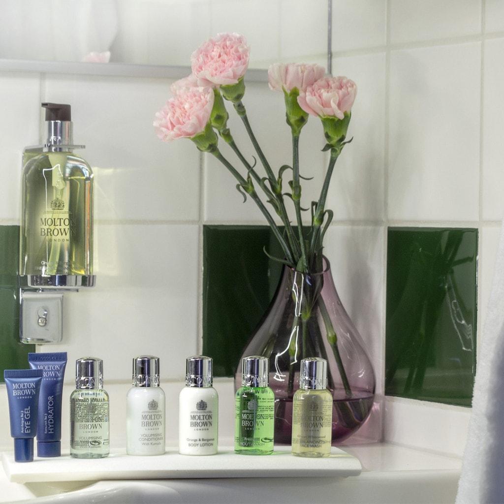Kylpyhuoneen tasolta löytyy laaja valikoima Molton Brownin tasokkaita kylpyhuonetuotteita.