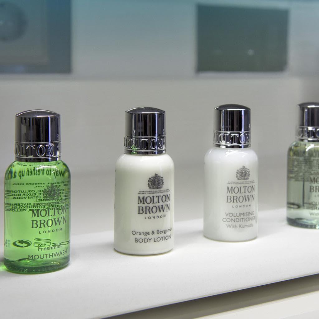 Kylpyhuoneesta löytyvät Molton Brownin sampoo, hoitoaine, suihkusaippua sekä suuvesi.