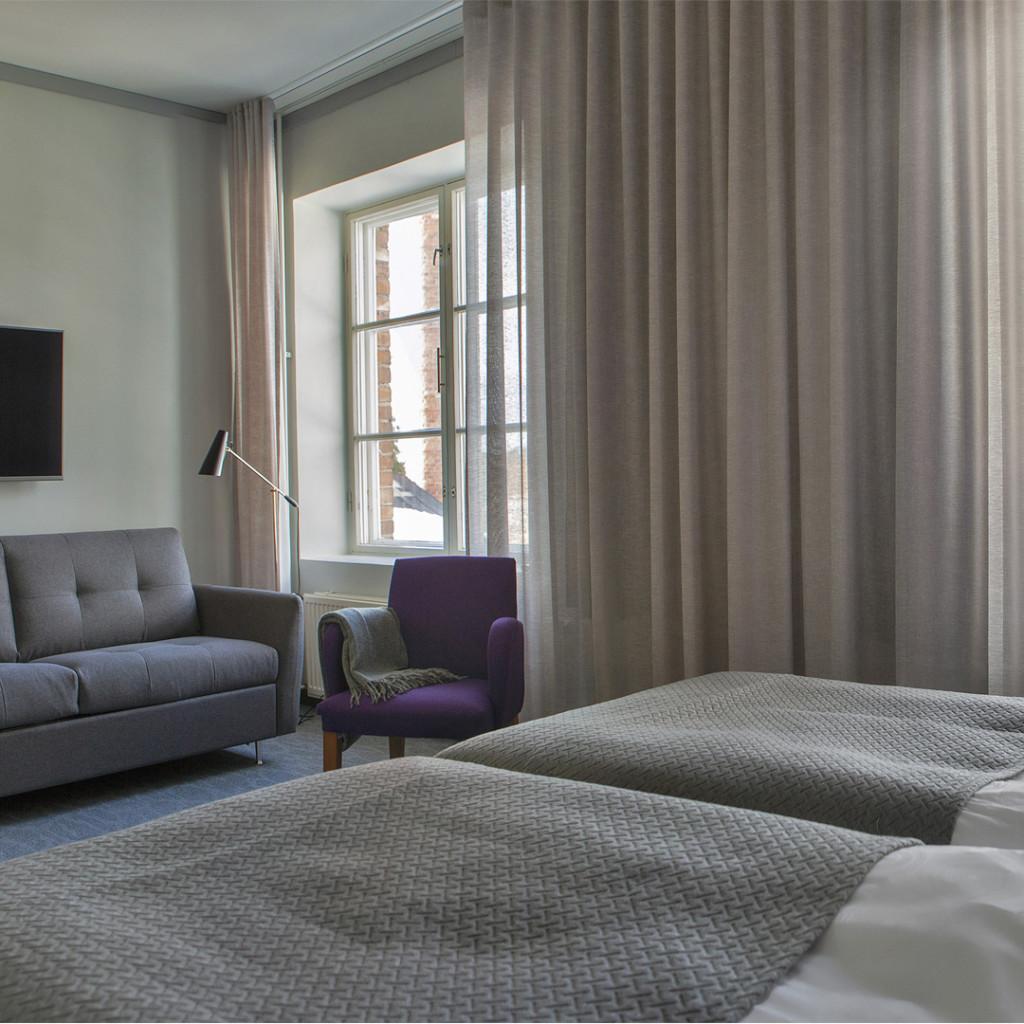 Lasaretin perhehuoneet ovat tilavia. Sohvasta saa lisävuoteen yhdelle aikuiselle tai kahdelle lapselle.