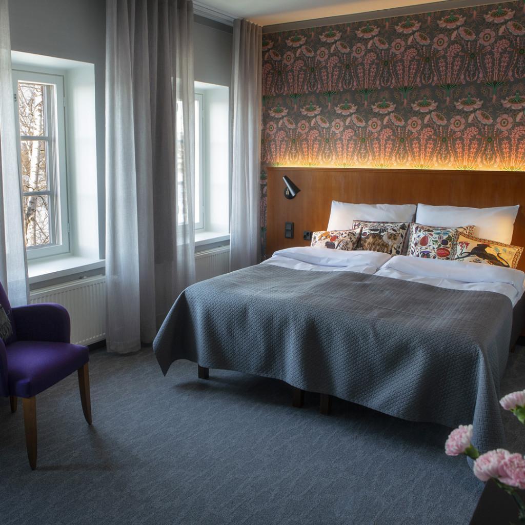 Jaakko Mattilan suunnittelemassa huoneessa on käytettyjä ennakkoluulottomasti värejä mm. päätyseinän tapetissa ja sisustustyynyissä.