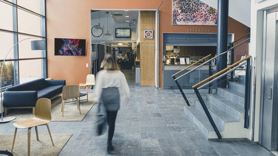 Nainen kävelee hotelli Lasaretin aulassa